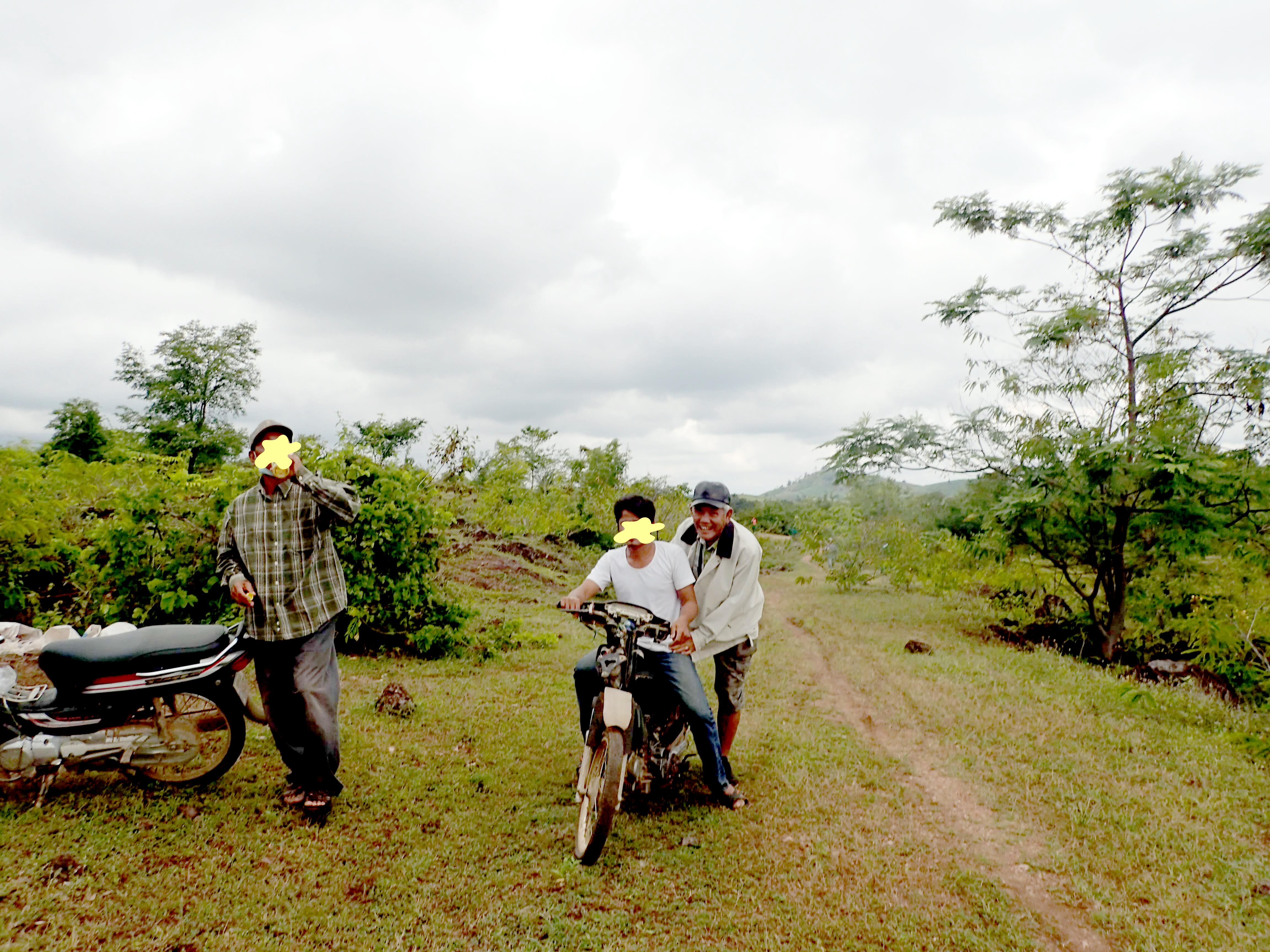 パイリンルビー採掘場までバイクで移動